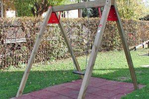 einfachschaukel-einzel-kantholz-fallschutzmatte-holz-heckele