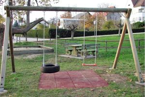 spielplatz-doppel-schaukel-reifenschaukel-fallschutzmatten-holz-heckele