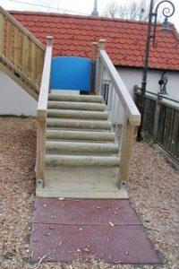 wackel-treppe-kinderspielplatz-fallschutzmatten-holz-heckele